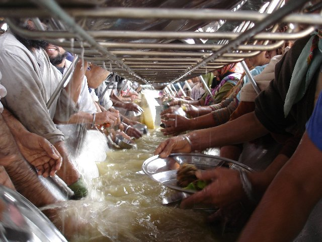 223723_washing_up_in_the_worlds_biggest_guru_ka_langar_amritsar_india.jpg
